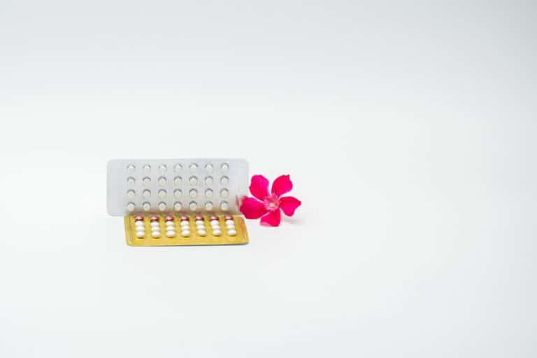 Hormonalna Terapia Zastępcza – czy to dobry sposób na menopauzę?