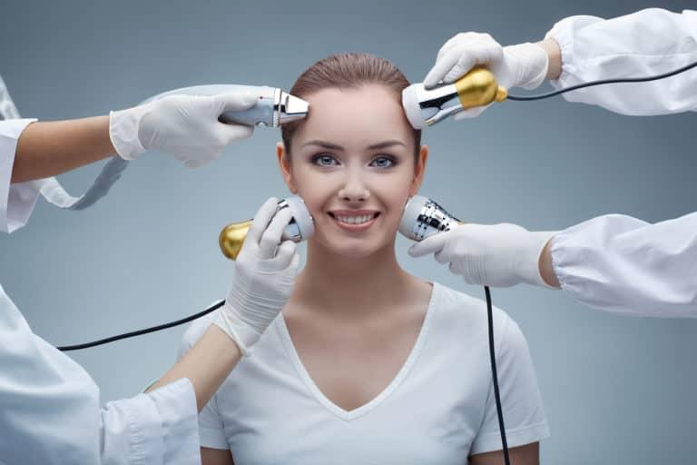 Chirurgia estetyczna  i medycyna estetyczna – czym się różnią, kiedy i jak z nich korzystać?